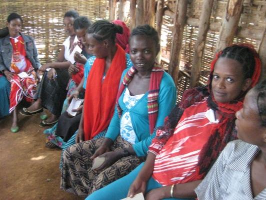 Jonge zwangere vrouwen hebben uren gelopen naar het Health Care Centre voor een zwangerschapscontrole.