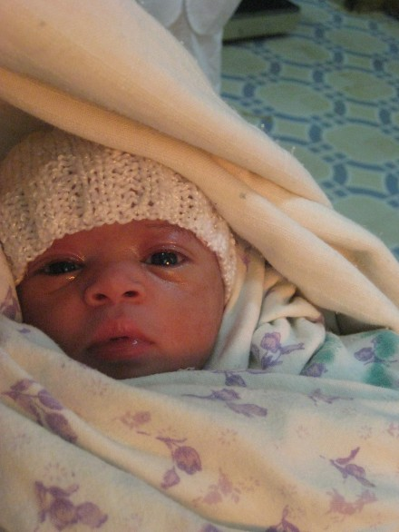 Eju is bij 28 weken geboren met een gewicht van 1100 gram. Na vier spannende weken mag hij mee naar huis.