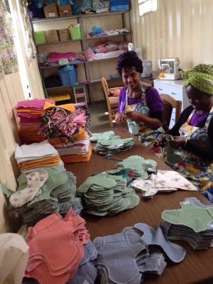 De naaisters zijn al bezig in hun atelier. Ze hebben al 1.700 setjes geproduceerd.